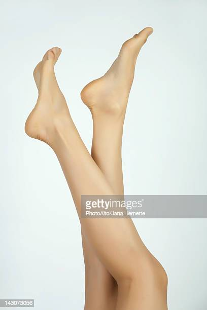 woman's bare legs and feet, cropped - beautiful bare women photos et images de collection