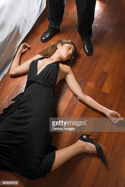 woman's dead body on floor - dead female bodies stockfoto's en -beelden