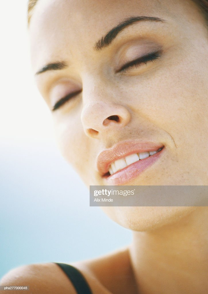 Woman's face with eyes closed, close-up : Stockfoto