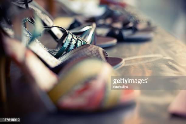 Femme mode chaussures dans une boutique de bureau
