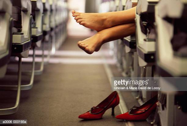 woman's feet in airplane aisle - hoge hakken stockfoto's en -beelden