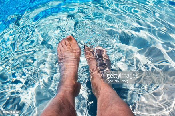 woman's feet in water in swimming pool - lyn holly coorg 個照片及圖片檔