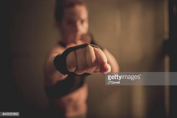 puño de mujer - defensa propia fotografías e imágenes de stock