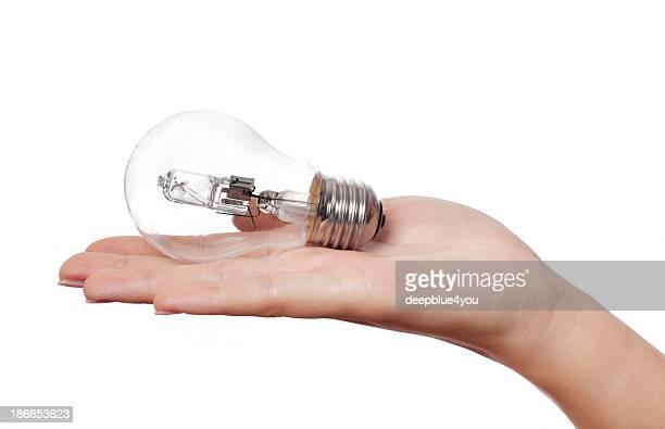 Femme Main tenant une ampoule électrique