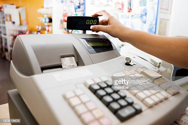 woman's hand schecks readout auf cash register - addierrolle stock-fotos und bilder