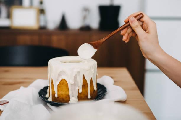 woman's hand decorating cake with white chocolate - 餐後甜品 個照片及圖片檔
