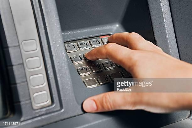 Woman's hand durchquert code auf ATM-Tastatur