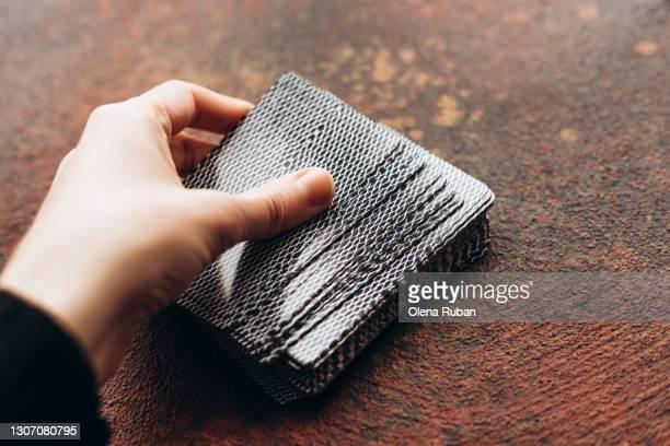 woman's hand holding a deck of cards - dar cartas imagens e fotografias de stock