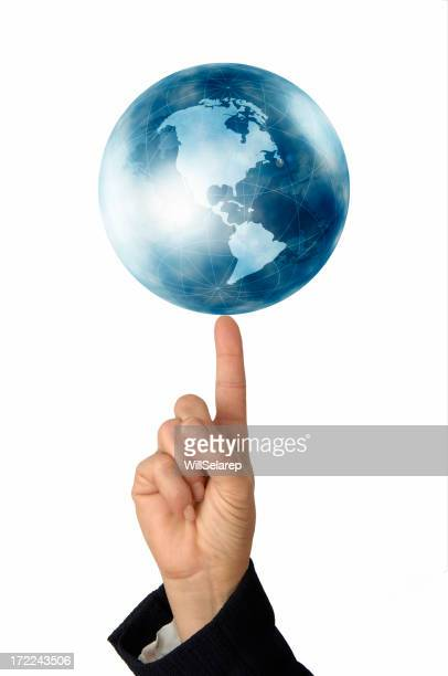 Woman's hand hält eine Globus