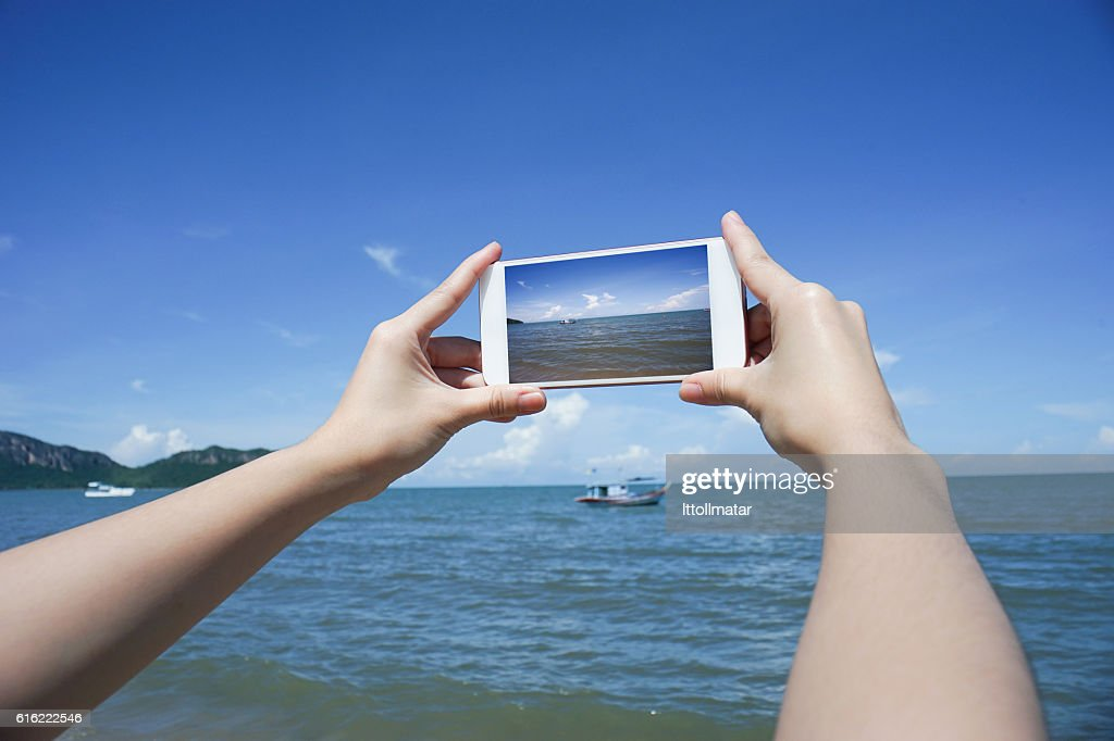 woman's hand holding smart phone,take a photo of the : Stockfoto