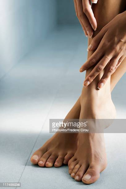 woman's hand touching her bare feet - beautiful bare women photos et images de collection