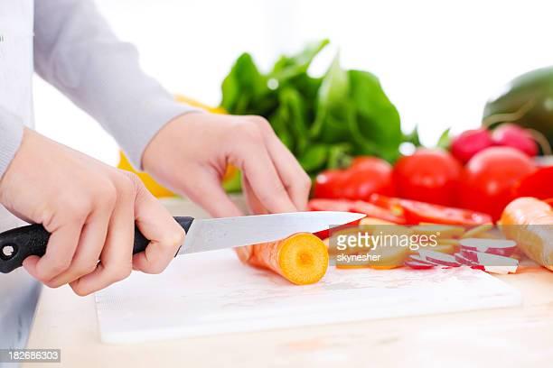 Woman's hands cutting Gemüse.