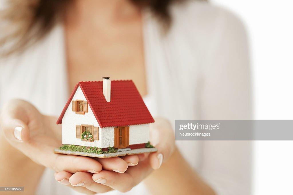 女性の手を少しハウス-絶縁 : ストックフォト