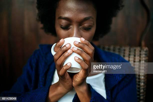 woman's hands holding cup of coffee, close-up - café bebida imagens e fotografias de stock