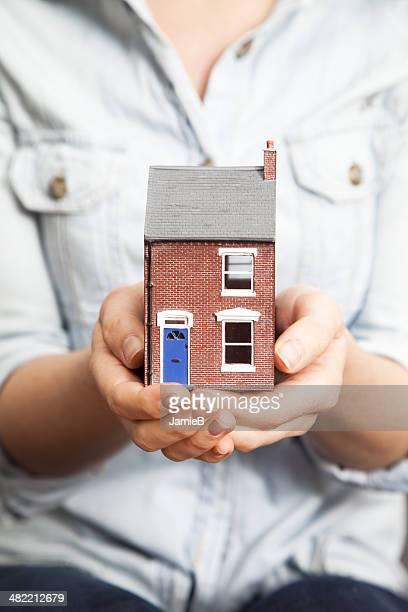 Womans mani holding Casa modello