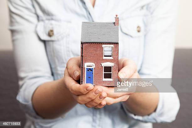 Femme mains tenant Maison témoin