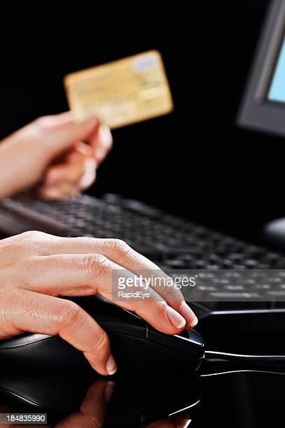 女性の手を使用して、クレジットカード、マウス、インターネットショッピング