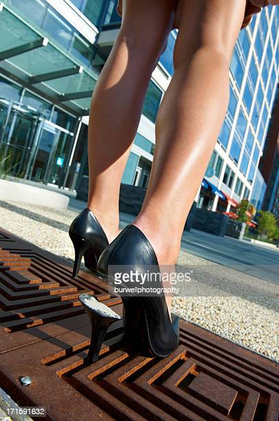 Woman's high heel gefangen in Gehweg grate