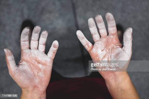 a woman's rock climbing hands - ângulo esporte - fotografias e filmes do acervo