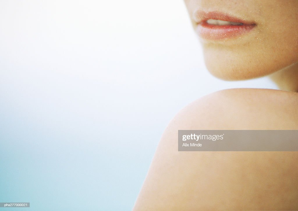 Woman's shoulder and lower face, close-up : Stockfoto