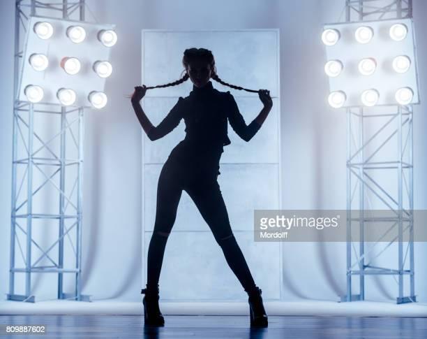 Silhouet van de vrouw. Fervente dans