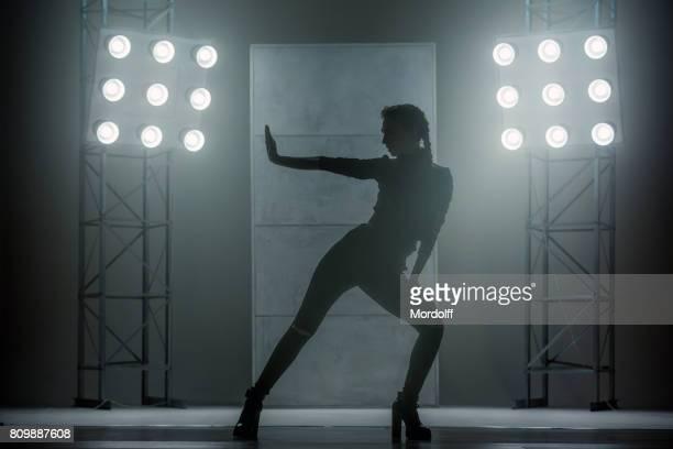 Silhouet van de vrouw. Waacking stijl dans