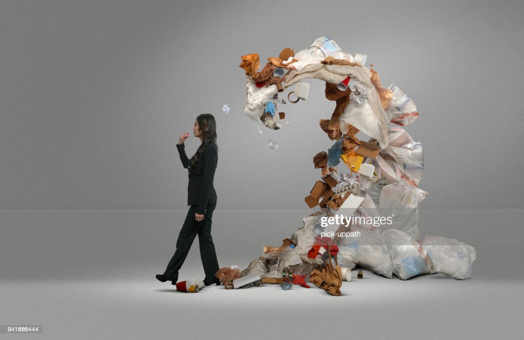 Frau Müll droht deckt ihr : Stock-Foto