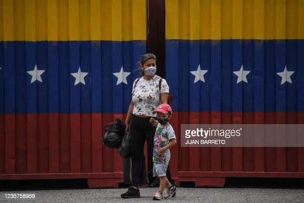 Women and a child walk on the Francisco Paula Santander International Bridge between Cucuta, Colombia, and San Antonio de Tachira, Venezuela, on...