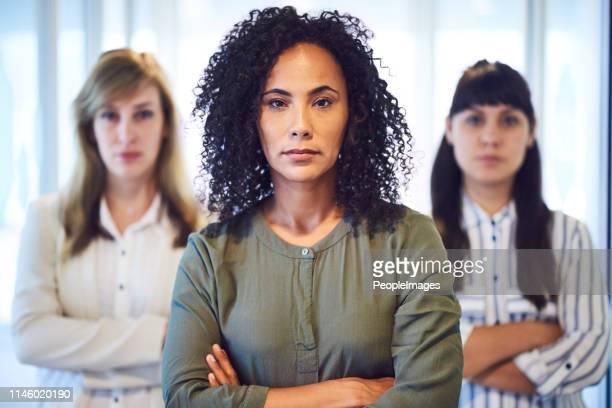 as mulheres estão obliterando o mundo dos negócios - sério - fotografias e filmes do acervo