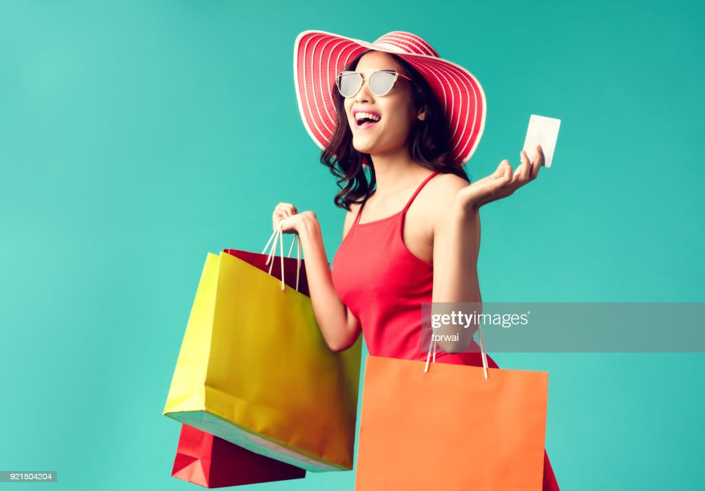 Women are shopping In the summer she is using a credit card and enjoys shopping. : Stock Photo