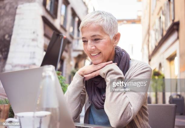Mujeres disfrutando de café en café italiano