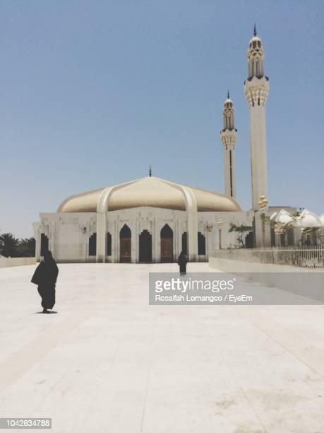 women at mosque against clear sky - jiddah stock pictures, royalty-free photos & images