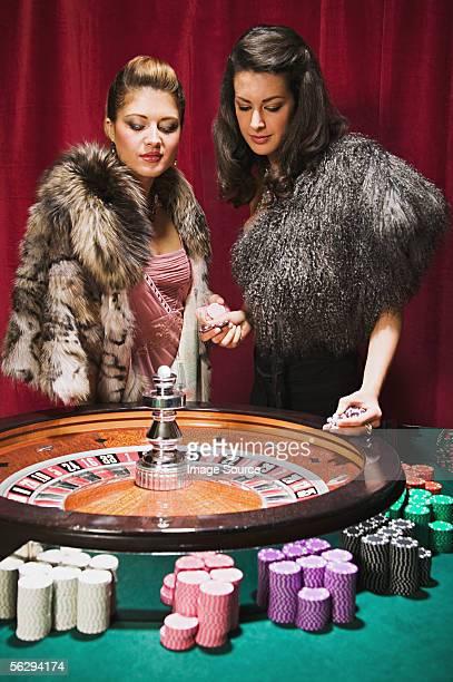 Frauen beim roulette wheel