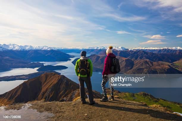 women at summit of mt. roy in new zealand - wanaka - fotografias e filmes do acervo