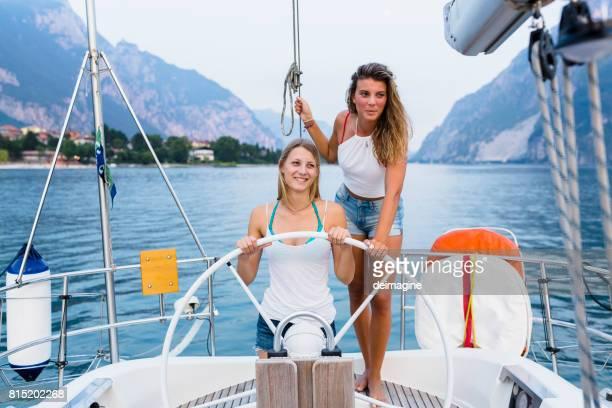 Femmes à la barre d'un voilier