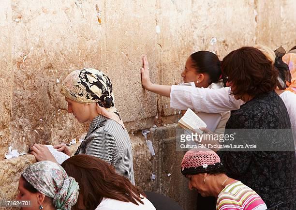 women at western wall, jerusalem, israel - muro de las lamentaciones fotografías e imágenes de stock