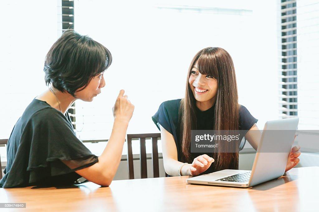 女性の仕事について、ノートパソコンを使う : ストックフォト