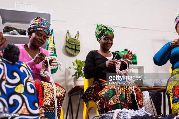 Femmes au travail, marchandises de tricotage et de s'amuser