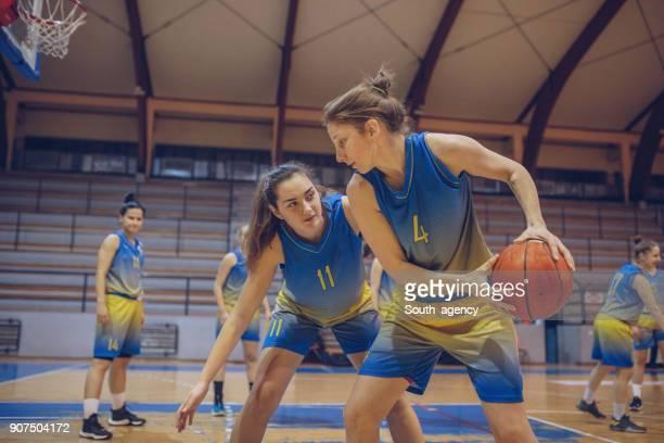 女性のバスケット ボールの試合