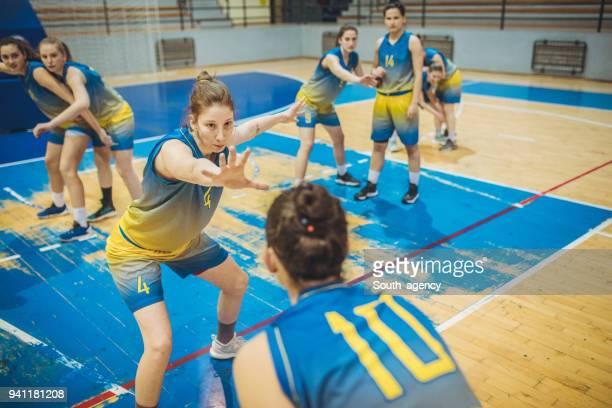 女性のバスケット ボールの試合 - デイフェンス ストックフォトと画像