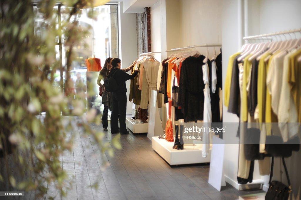 boutiquekleid f r frauen einkaufen in paris frankreich stock foto getty images. Black Bedroom Furniture Sets. Home Design Ideas