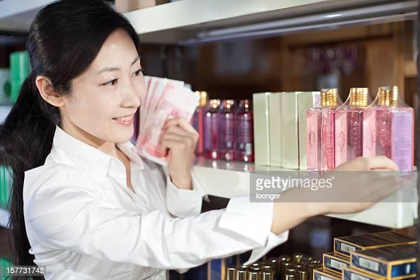 Femme dans un magasin Acheter les produits cosmétiques