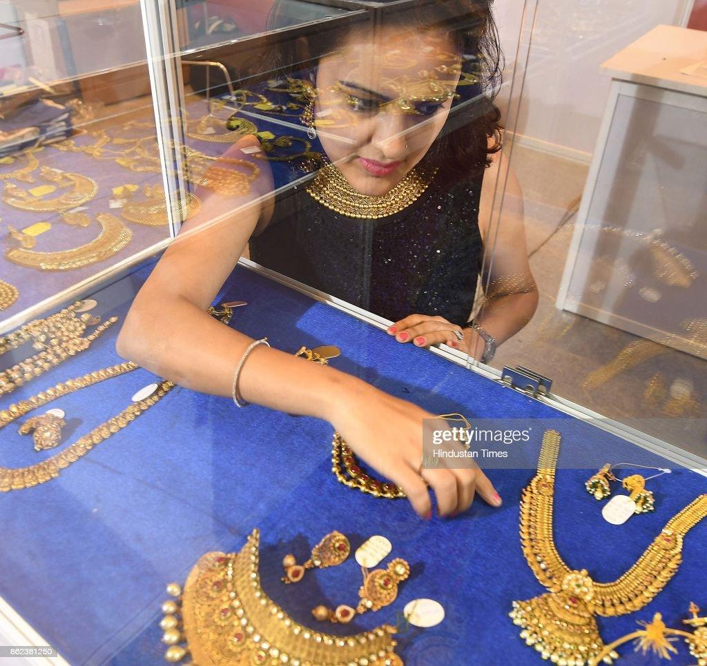 Foto\'s en beelden van Women Buying Jewellery On The Occasion Of ...
