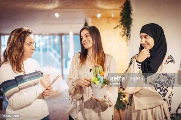 Frauen kaufen Heimtextilien im Bastelgeschäft