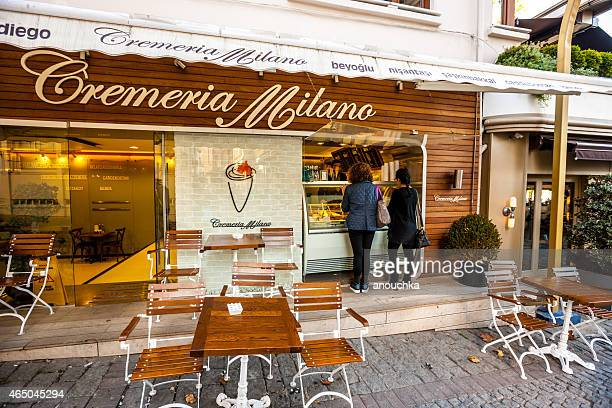 Frauen kaufen Eis im Café