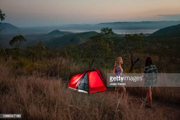 women camping in remote australia - townsville australia fotografías e imágenes de stock