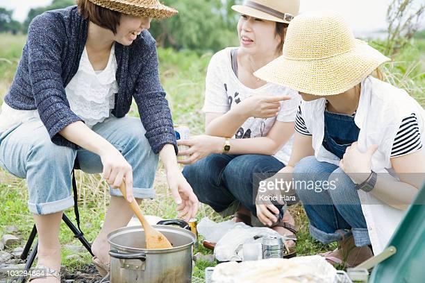 women camping outdoor - アウトドア ストックフォトと画像