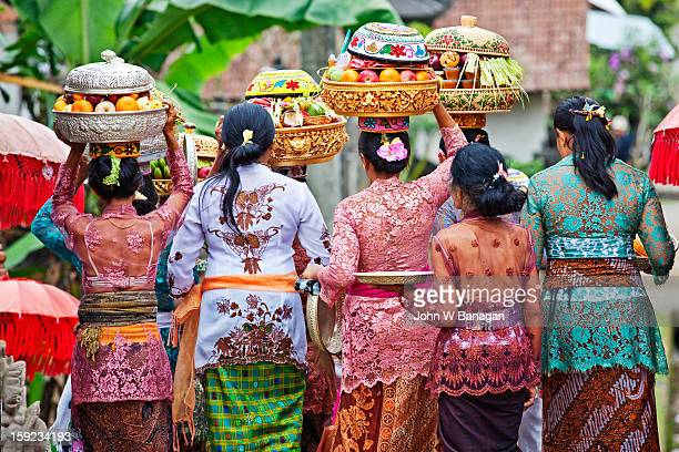 women carry temple offerings, bali - indonesien stock-fotos und bilder