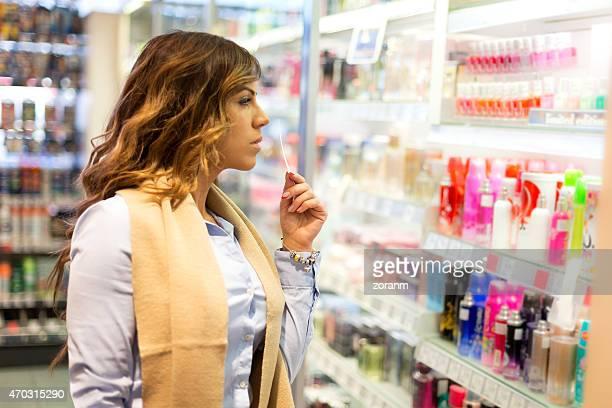 Frauen Sie parfume in shopping mall