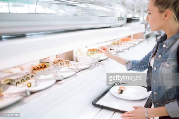 女性フード コートに寿司を選択します。